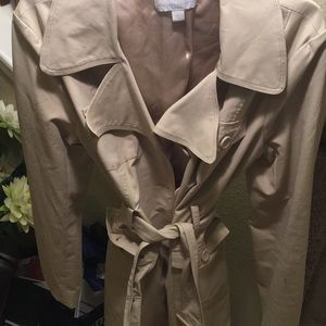 Gorgeous tan trench coat 🧥